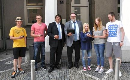"""Bild: Achim Möhrlein – Geschäftsführer von """"The Cloud"""" (3. v. l.) testete gemeinsam mit Oberbürgermeister Jürgen Dupper (4. v. l.) und jungen Besuchern der Europabücherei den neuen Service"""